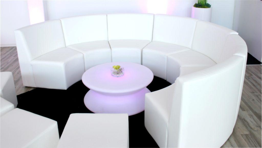 white lounge rundsofa mieten 1024x580